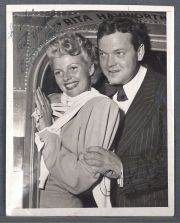 Rita Hayworth y Orson Welles, fotografia autografiada año 1953. Sello de International News Photos.