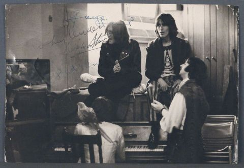 Creative session with The Beatles. Fotografia por Stephen Goldblatt firmada por los cuatro Beatles. Circa 1970.